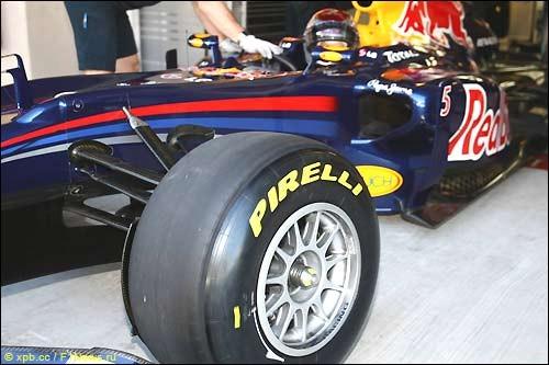 Алонсо занимает первое место в утренней сессии испытаний Пирелли