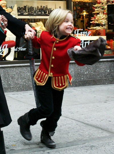 Дочка Джоли облачилась на новогодний шопинг, как солдат