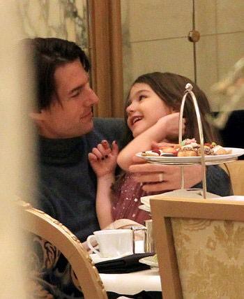 Том Круз пичкает дочку вкусным (ФОТО)