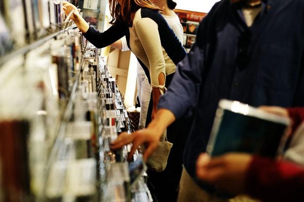 В Англии продолжают снижаться реализации альбомов