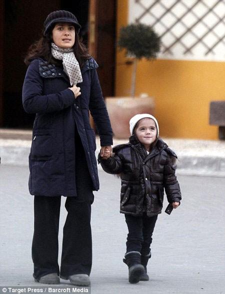 Сальма Хайек походила с собственной дочуркой (ФОТО)