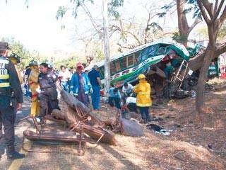 В Сальвадоре встретились 3 автобуса:14 мертвых