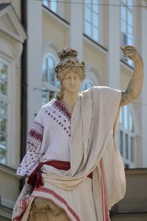Во Львове статуи богов надели в вышиванки