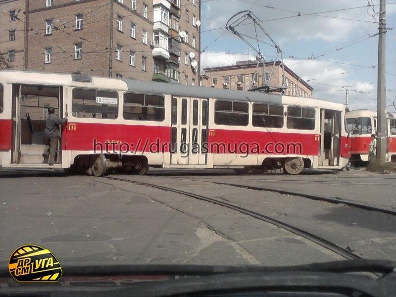 В центре Киева чуть ли не порвало напополам трамвай
