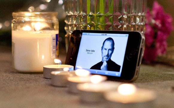 Социальные сети заполнила волна комментов о гибели Стива Джобса