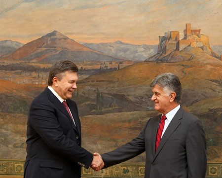 Янукович просит поддерживать Мариупольский институт