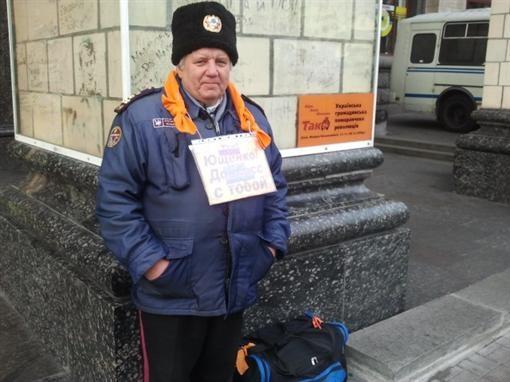 На Майдан вышел парень в желтом шарфе