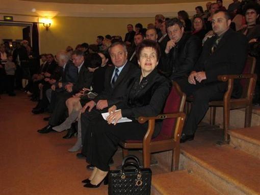В Мариуполе Елена Янукович слышала молодых исполнителей