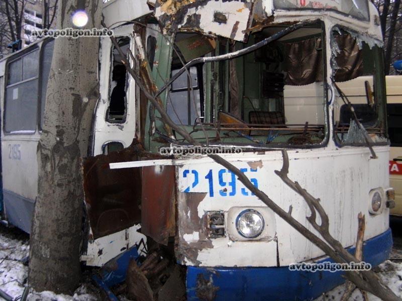 Троллейбус в Донецке не сумел обойти дерево