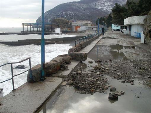 Волны разбили бульварные Крыма