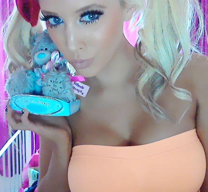 Женщина смотрится как куколка Барби (фото)
